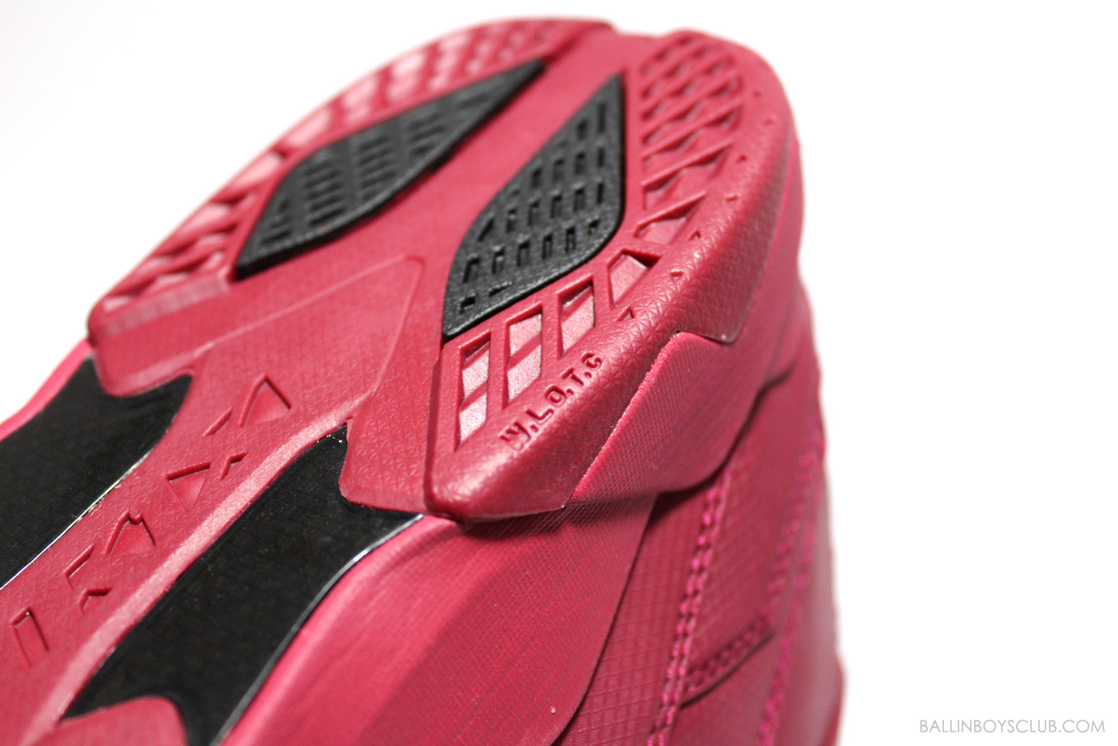 鞋底後段的W.L.O.T.C避震系統